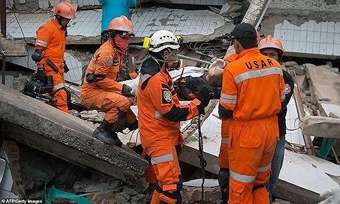 Число погибших в результате землетрясения и цунами в Индонезии достигло примерно 1300 человек - ảnh 1