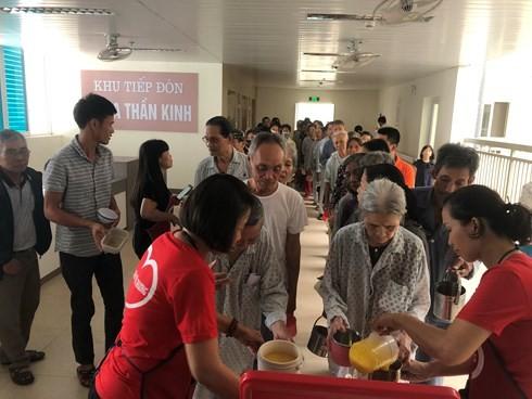 Добровольцы кормят кашей пациентов из малоимущих семей - ảnh 1
