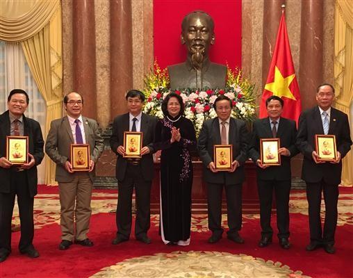越南国家副主席邓氏玉盛会见越南橙剂受害者协会代表团 - ảnh 1