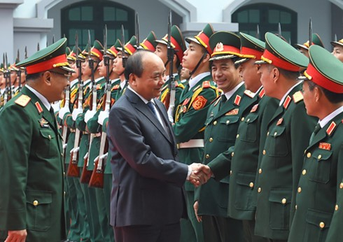 越南政府总理阮春福视察国防部情报总局 - ảnh 1