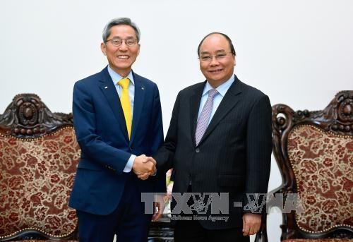 越南政府总理阮春福会见韩国国民银行行长尹钟圭 - ảnh 1
