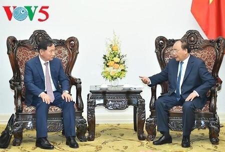 阮春福会见韩国现代汽车集团总裁S.K.Han和老挝公共工程与运输部部长本占 - ảnh 1
