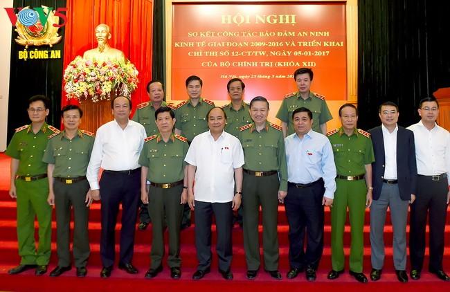 阮春福:将经济社会发展、融入国际经济与保障经济安全和谐结合 - ảnh 1