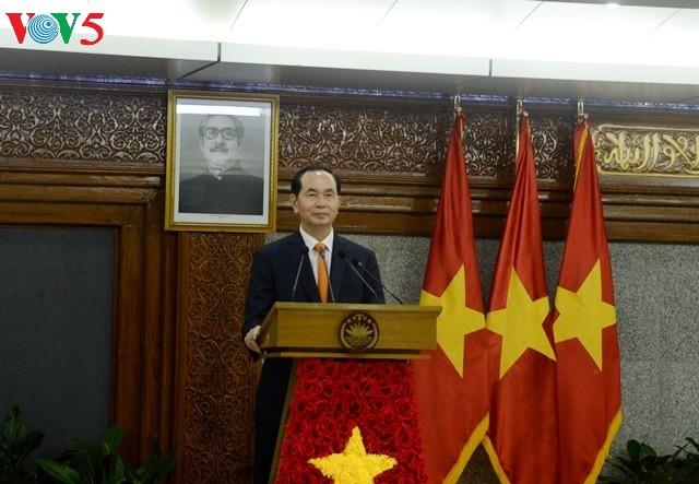 越南国家主席陈大光与孟加拉国总理哈西娜共同主持记者会 - ảnh 1