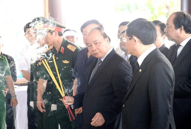 越南政府总理阮春福和前总理阮晋勇前往吊唁已故前总理潘文凯 - ảnh 1