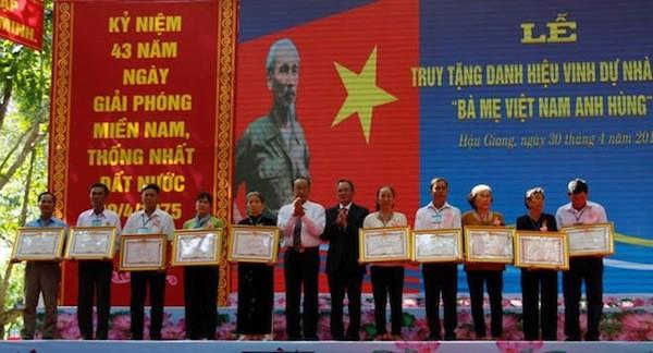 """后江省向20位母亲追授""""越南英雄母亲""""称号 - ảnh 1"""
