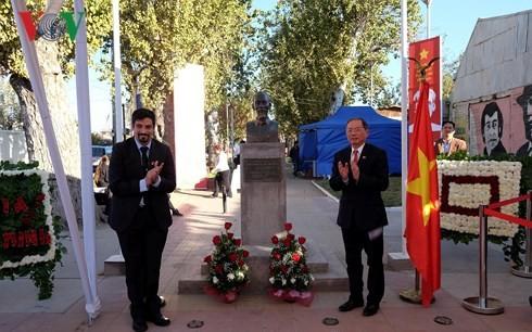 国际友人眼中平易近人、爱好和平、一切献给民族的胡志明主席 - ảnh 1