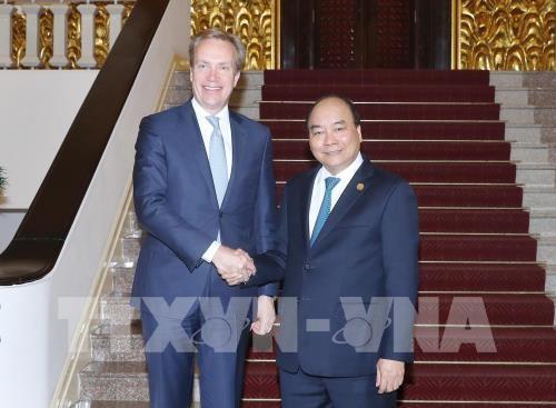 越南政府总理阮春福会见世界经济论坛总裁布伦德 - ảnh 1