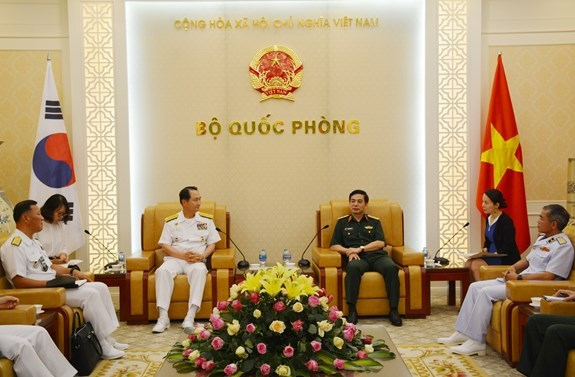 越南人民军总参谋长、国防部副部长潘文江会见韩国海军司令严贤圣 - ảnh 1