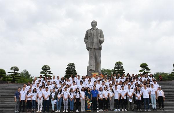 海外越南青少年探访胡志明主席家乡 - ảnh 1