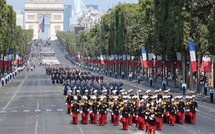 法国在期待世界杯决赛的气氛中欢度国庆 - ảnh 1
