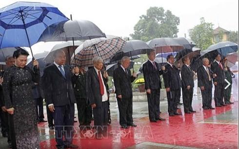 越南党和国家领导人向英雄烈士敬献花圈并入陵瞻仰胡志明主席遗容 - ảnh 1