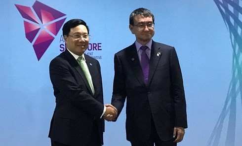 越南外长范平明分别会见日本外务省大臣河野太郎和伊朗外长扎里夫 - ảnh 1