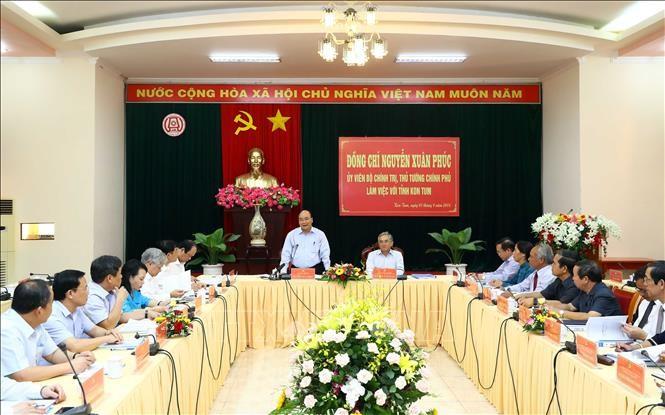 阮春福与昆嵩省领导班子举行工作会议 - ảnh 1