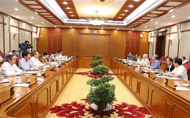 越共中央政治局向提交十二届八中全会审议的提案提供意见 - ảnh 1