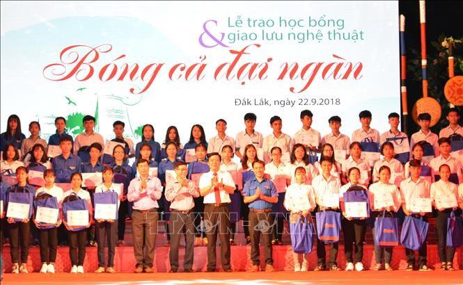 越南各地举行社会活动帮助贫困学生和患上疑难病症的儿童病人 - ảnh 1