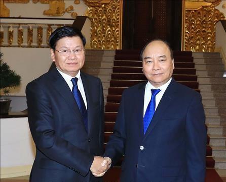 越南政府总理阮春福会见老挝政府总理通伦 - ảnh 1