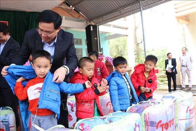 越南党和国家领导人看望各地贫困户 - ảnh 1