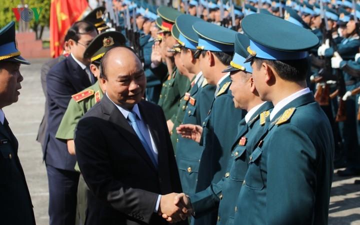 越南政府总理阮春福视察空军372师备战工作 - ảnh 1