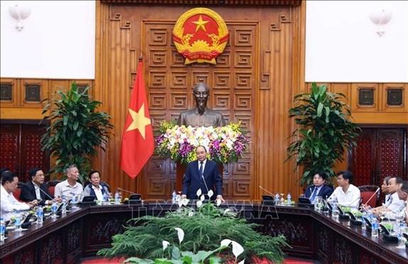 越南政府总理阮春福会见岘港市海州郡为革命立功者代表团 - ảnh 1