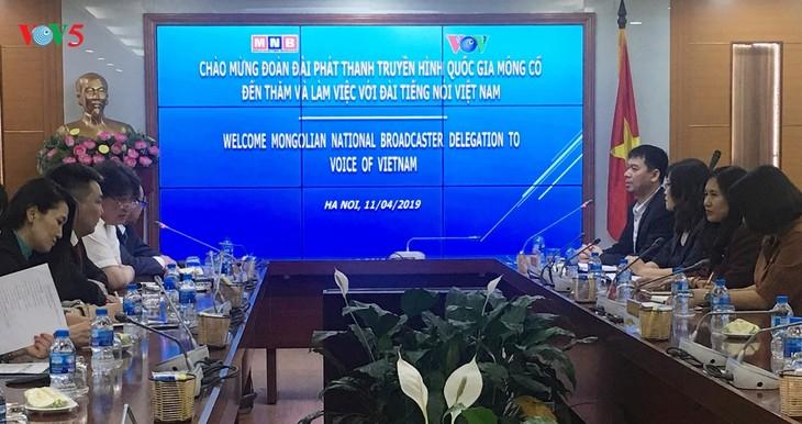 本台协助蒙古国家电视台制作纪念越蒙建交65周年纪录片 - ảnh 1