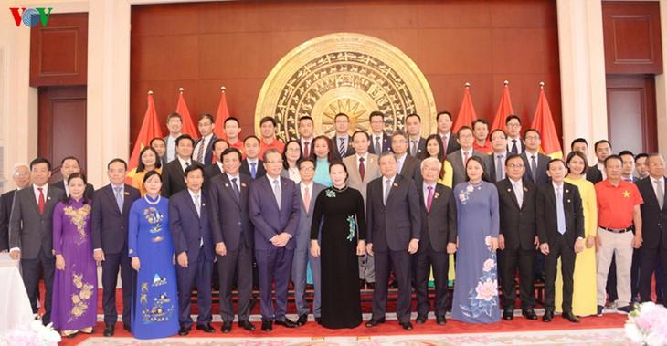 越南国会主席阮氏金银会见越南驻中国大使馆工作人员及旅居中国越南人代表 - ảnh 1