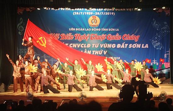 山萝省举行群众艺术晚会  纪念越南工会组织成立90周年 - ảnh 1