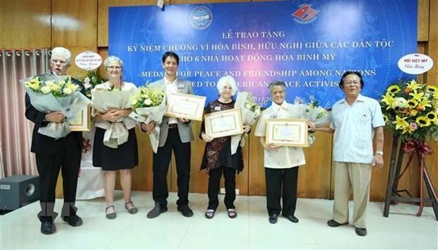 """越南友好组织联合会向6名美国和平人士授予""""民族和平友好""""纪念章 - ảnh 1"""