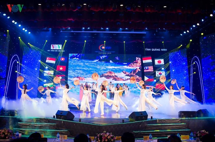 东盟加三歌唱大赛半决赛:五彩缤纷的音乐晚会 - ảnh 1
