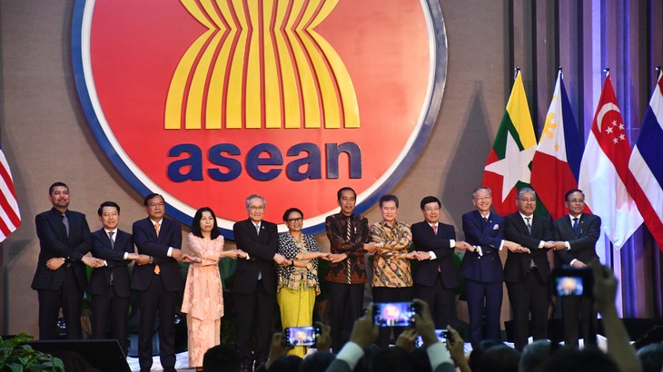 东盟举行升旗仪式庆祝成立52周年 - ảnh 2
