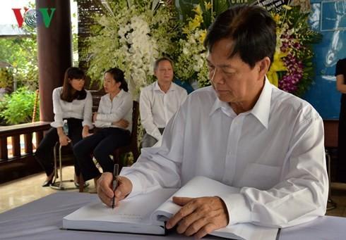 អតីតនាយករដ្ឋមន្ត្រីលោក Nguyen Tan Dung អញ្ជើញគោរពវិញ្ញាណក្ខ័ន្ធអតីតនាយករដ្ឋមន្ត្រីលោក Phan Van Khai - ảnh 1
