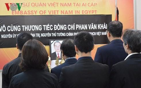 មិត្តភក្តិអន្តរជាតិនិងសហគមន៍ជន វៀតណាមនៅឯបរទេសគោរពវិញ្ញាណក្ខ័ន្ធអតីតនាយករដ្ឋមន្ត្រី លោក Phan Van Khai - ảnh 2
