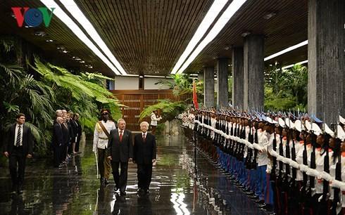 អគ្គលេខាលោក Nguyen Phu Trong ជួបចរចាជាមួយប្រធានរដ្ឋគុយបាលោក Raul Castro - ảnh 1