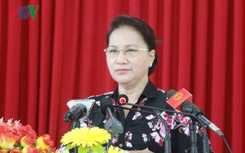 ប្រធានរដ្ឋសភាវៀតណាម លោកស្រី Nguyen Thi Kim Ngan ជួបសំណេះសំណាលជាមួយអ្នកបោះឆ្នោតនៅស្រុក Phong Dien - ảnh 1