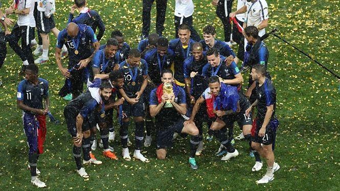 បារាំងទទួលពានរង្វាន់ជើងឯកក្នុងការប្រកួតកីឡាបាល់ទាត់ World Cup 2018 - ảnh 1