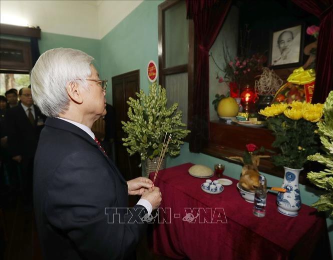 អគ្គលេខាបក្ស ប្រធានរដ្ឋវៀតណាមលោក Nguyen Phu Trong អញ្ជើញអុជធូបទៀន ឧទ្ទិសដល់វិញ្ញាណក្ខ័ន្ធលោកប្រធានហូជីមិញ - ảnh 1