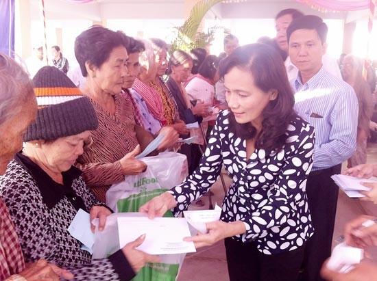 Khám bệnh miễn phí cho bà con Việt kiều và người nghèo tại Phnom Penh  - ảnh 1
