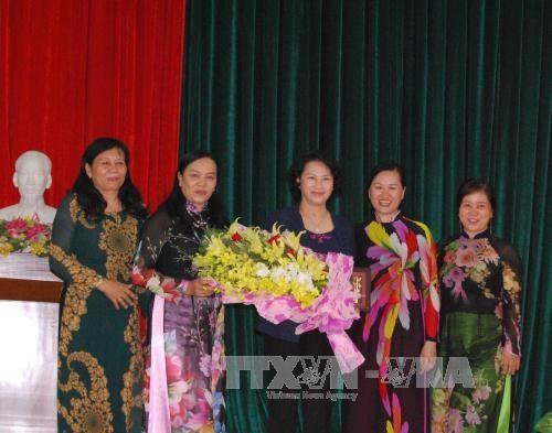 Chủ tịch Quốc hội Nguyễn Thị Kim Ngân gặp mặt cán bộ nữ tỉnh Bến Tre qua các thời kỳ - ảnh 1