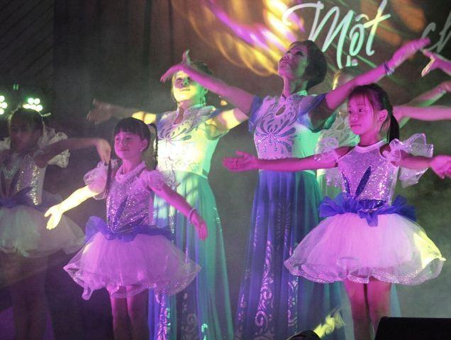 Kỷ niệm 10 năm ngày thành lập Hội văn hóa Việt Nam tại thành phố Ausburg, CHLB Đức - ảnh 2