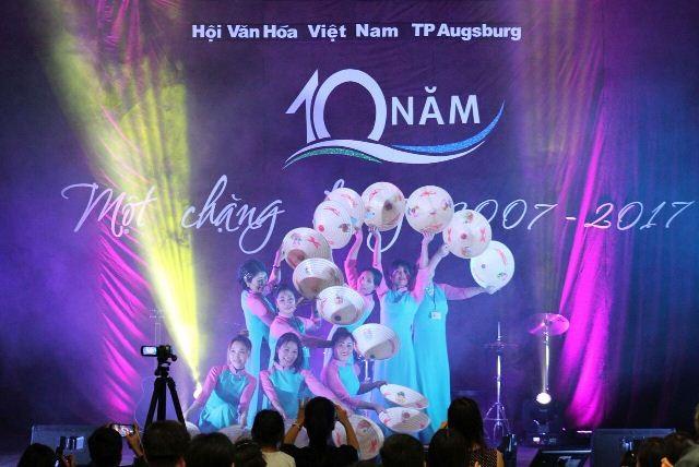 Kỷ niệm 10 năm ngày thành lập Hội văn hóa Việt Nam tại thành phố Ausburg, CHLB Đức - ảnh 5