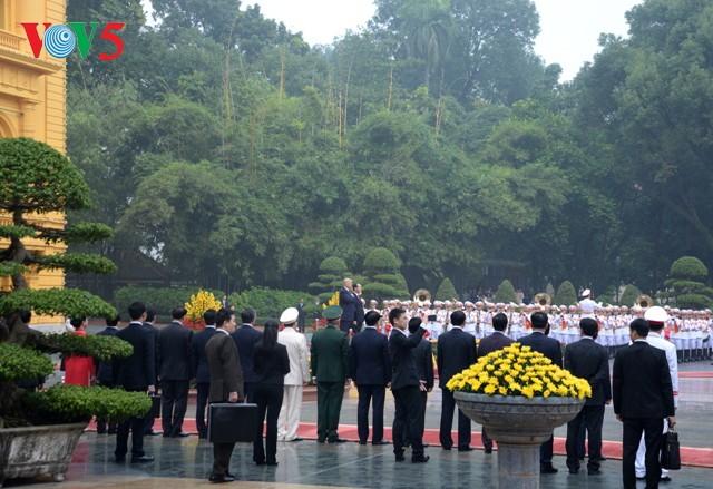 Chủ tịch nước Trần Đại Quang chủ trì lễ đón Tổng thống Hoa Kỳ Donald Trump - ảnh 1
