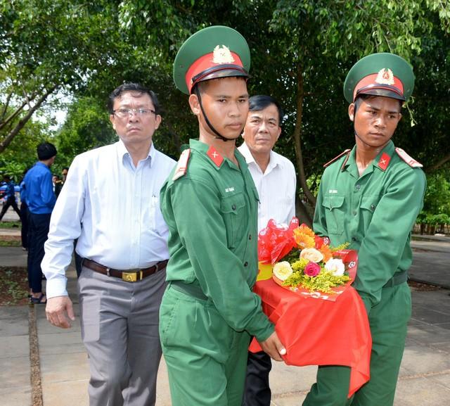 Tỉnh Gia Lai tổ chức lễ truy điệu, an táng hài cốt liệt sỹ hy sinh tại Campuchia - ảnh 2