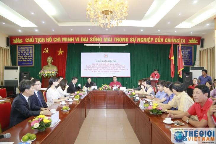 Lễ tiếp nhận ủng hộ đồng bảo bị thiệt hại do mưa lũ của Hội chữ thập đỏ Trung Quốc - ảnh 1