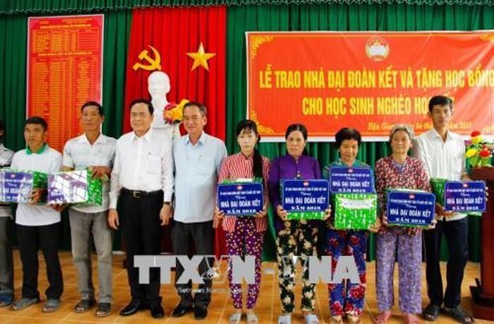 Chủ tịch Ủy ban Trung ương MTTQ VN thăm, tặng quà gia đình chính sách tại thành phố Cần Thơ - ảnh 1
