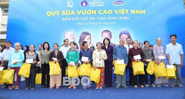 Phó Chủ tịch nước Đặng Thị Ngọc Thịnh tặng quà hỗ trợ học sinh và hộ nghèo tại tỉnh Bình Định - ảnh 1