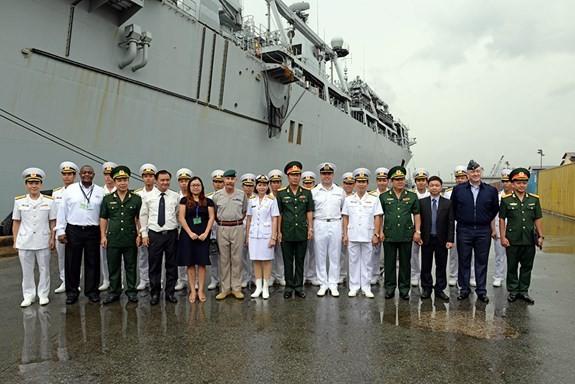 Tàu Hải quân Hoàng gia Anh thăm Việt Nam - ảnh 2