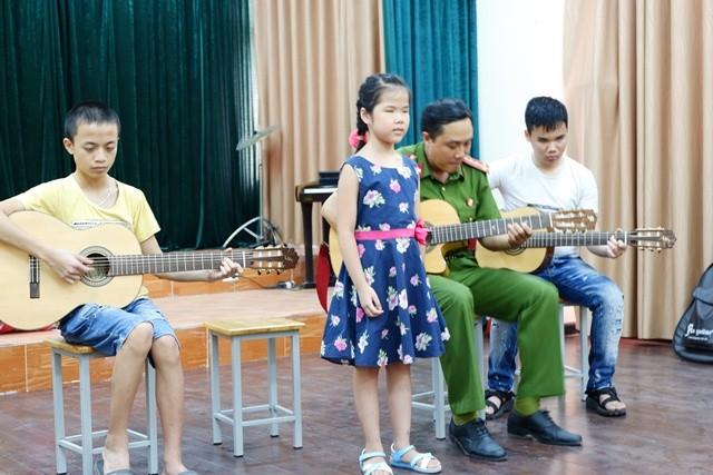 Giáo viên lớp tiếng Việt Hoa Ban, Berlin tặng quà cho học sinh trường Nguyễn Đình Chiểu - ảnh 1