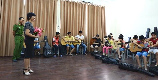 Giáo viên lớp tiếng Việt Hoa Ban, Berlin tặng quà cho học sinh trường Nguyễn Đình Chiểu - ảnh 2