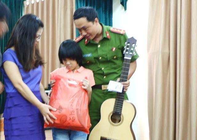 Giáo viên lớp tiếng Việt Hoa Ban, Berlin tặng quà cho học sinh trường Nguyễn Đình Chiểu - ảnh 3
