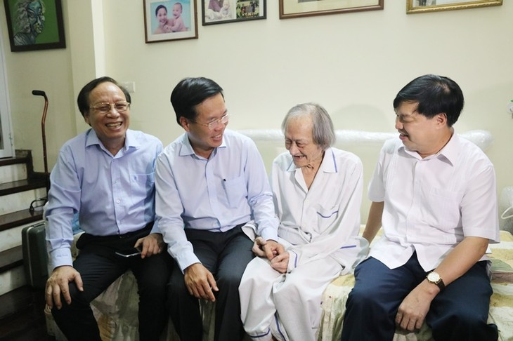 Trưởng ban Tuyên giáo Trung ương thăm, chúc mừng các nghệ sĩ lão thành nhân Ngày Sân khấu Việt Nam - ảnh 1